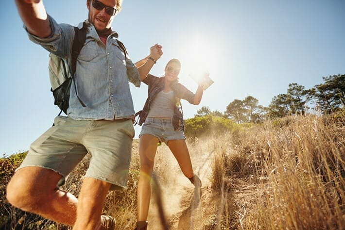 cheap-date-ideas-outdoors-couple-hiking